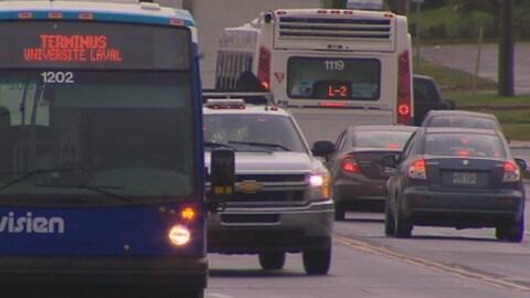 Des autobus de la Société de transport de Lévis et des voitures qui circulent