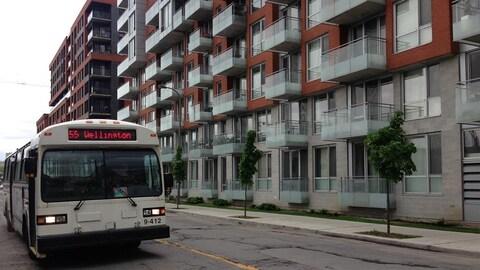 Un autobus du Réseau de transport de Longueuil à Montréal