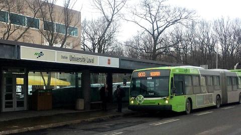 Autobus du RTC devant la station de l'Université Laval.