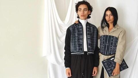 Deux mannequins autochtones posent devant un rideau blanc dans des vêtements du designer métis Evan Ducharmen