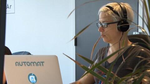 Une femme, membre d'une équipe de développeurs montréalais de programmes informatiques