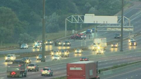 Photo de véhicules de police qui bloquent des voies de l'autoroute