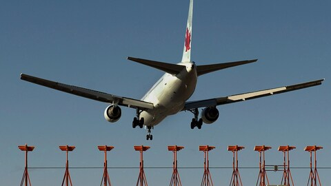Un avion d'Air Canada à l'atterrissage.