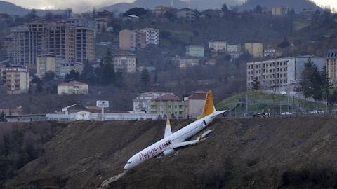 Un avion de Pegasus Airlines en équilibre sur une falaise après une sortie de piste