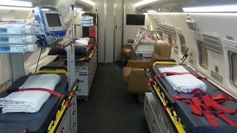 L'intérieur de l'avion-ambulance du gouvernement du Québec