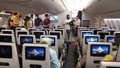 Des passagers prennent place à bord d'un avion.