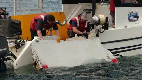 Un débris du vol MH370 retrouvé au large de l'Île de la Réunion en 2015.