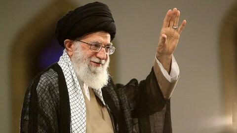 L'ayatollah Ali Khamenei salue ses partisans.