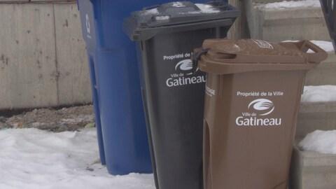 Des bacs d'ordure, de récupération et de compostage.