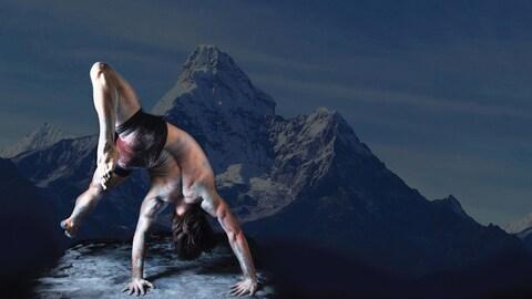 Un danseur torse nu, effectue un mouvement.