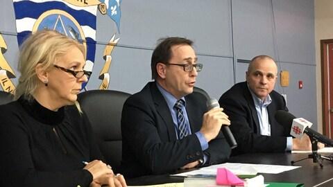 De gauche à droite, France Thériault et Denis Michaud de la Commission municipale du Québec au centre et le maire suppléant Serge Lesage.