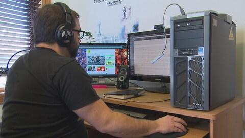 Sébastien Bouchard assis devant son ordinateur.