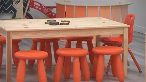 Table et bancs pour enfants avec personne dans l'image