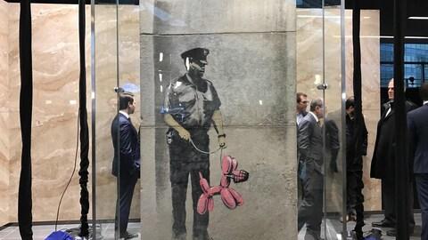 Une œuvre de Banksy derrière un plexiglas vient d'être dévoilée.