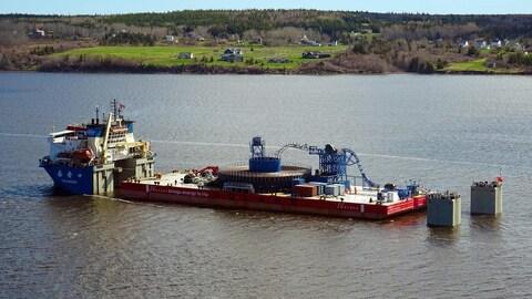 La barge qui a déroulé les câble de transport d'électricité entre la Nouvelle-Écosse et l'île de Terre-Neuve, le printemps dernier.