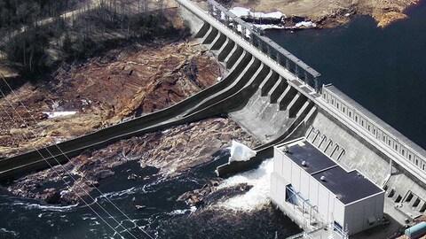 Le barrage Mercier et un aperçu du réservoir Baskatong
