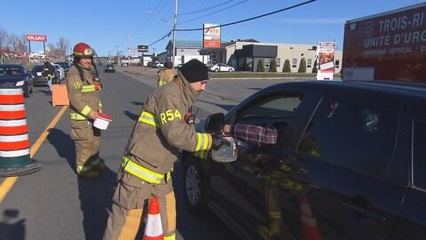Pompiers recueillent des fonds dans une rue de Trois-Rivières