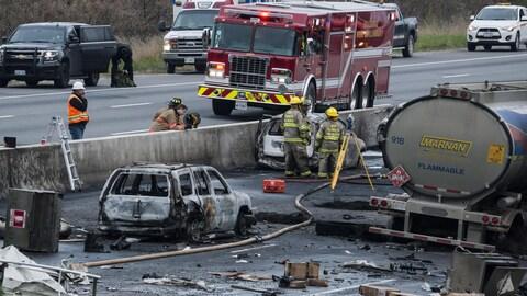 Des carcasses d'automobiles et de camions sur l'autoroute 400 en Ontario