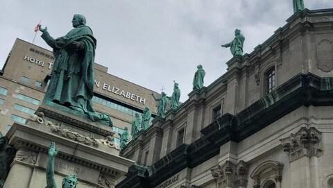 Une série de statues ornent la devanture de la basilique Marie-Reine-du-Monde.