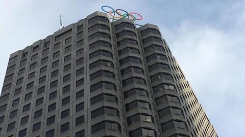 La Maison olympique est située au 500 René-Lévesque Ouest. On voit ici les anneaux olympiques que Montréal est la seule ville au monde à posséder avec Lausanne où se trouve le siège social du CIO.