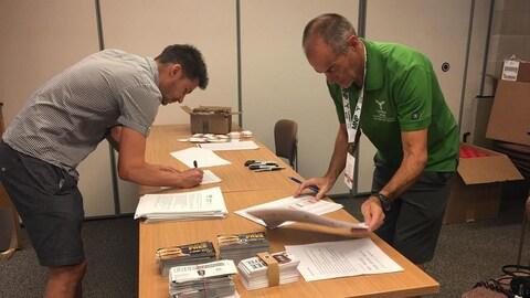Des bénévoles terminent des préparatifs avant le début des Jeux d'été de 2018.