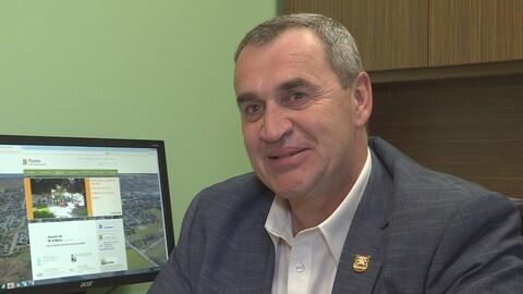 L'homme est interviewé dans son bureau à la mairie de Thurso