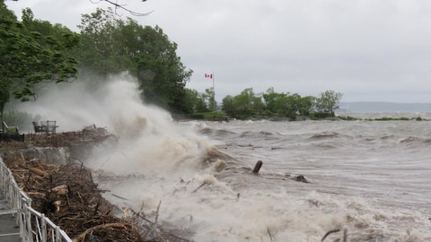 Le fleuve Saint-Laurent s'est déchaîné en raison de forts vents du nord-est.