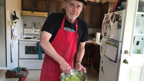 Bertrand Nayet prépare du guacamole