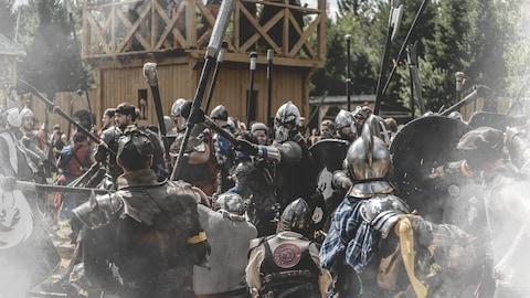 Des soldats en plein combat.