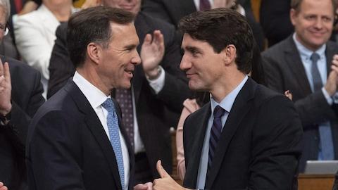 Bill Morneau et Justin Trudeau se font l'accolade.