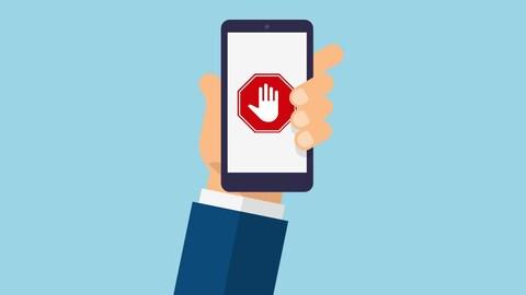 Une main tient un téléphone où apparaît un panneau rouge avec une main.
