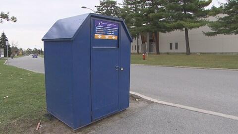 Une grande boîte bleue sur le coin d'une rue