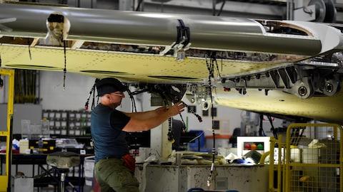 Un travailleur à l'usine de Bombardier à Belfast travaille sur une aile de la C Series.