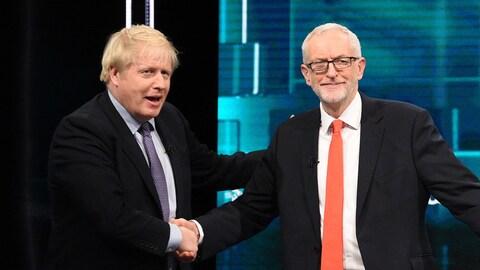 Les deux hommes sourient en se serrant la main.