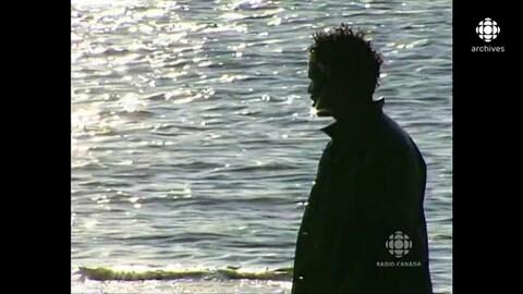 Boucar Diouf, à contre-jour, regardant l'horizon sur le bord du fleuve