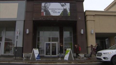 La facade d'une boutique où l'on peut lire sur la devanture : nousrecrutons.ca, le site internet de recrutement du CISSS de Montérégie-centre