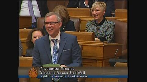 Brad Wall le sourire aux lèvres l'Assemblée législative.