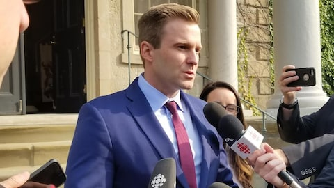 Brian Gallant donne un point de presse.