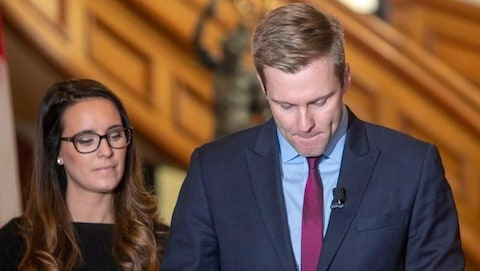 L'ancien premier ministre du Nouveau-Brunswick, Brian Gallant, ému lors de l'annonce de sa démission au poste de chef du Parti libéral de la province.
