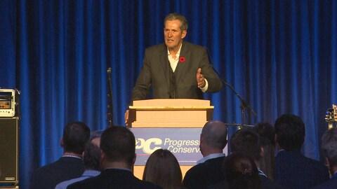 Brian Pallister sur scène, devant une foule de partisans