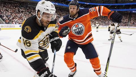 David Krejci, des Bruins de Boston, et Kyle Brodziak, des Oilers d'Edmonton