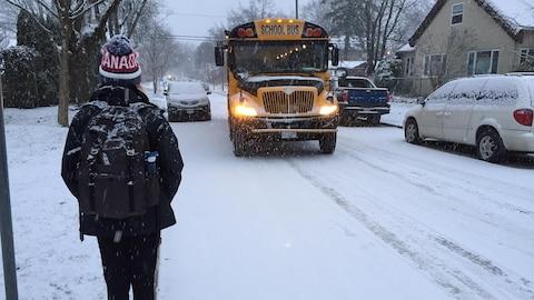 En attente d'un bus scolaire un jour de grosses chutes de neige à Vancouver