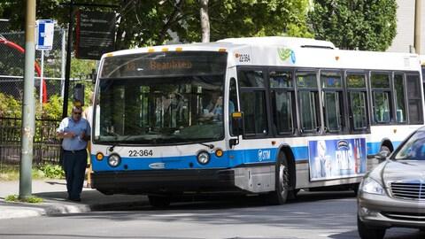 Un autobus de la STM fait un arrêt devant le parc Soeur-Madeleine-Gagnon, à Montréal, en été.
