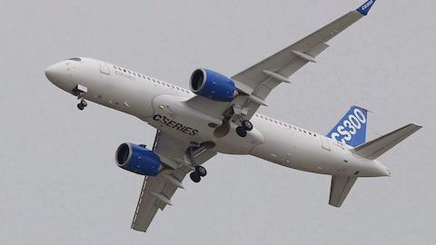 Un avion de C Series de Bombardier dans le ciel