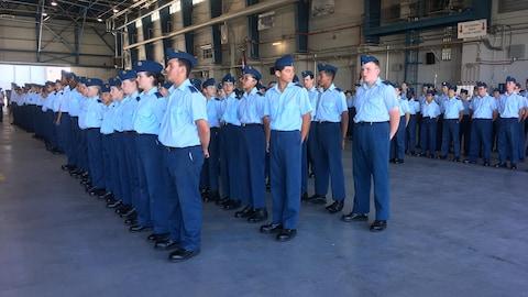 Dans cadets dans un hangar