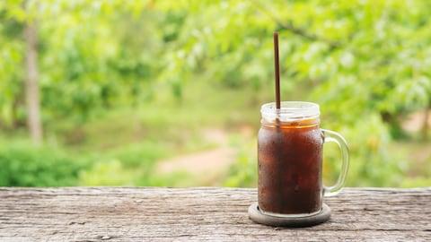 Une tasse café infusé à froid sur glace.
