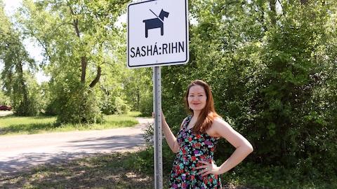 Callie Karihwiióstha Montour, de Kahnawake, a conçu des panneaux signalétiques en Kanien'kéha, la langue mohawk.