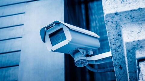 Une caméra de surveillance en ville.