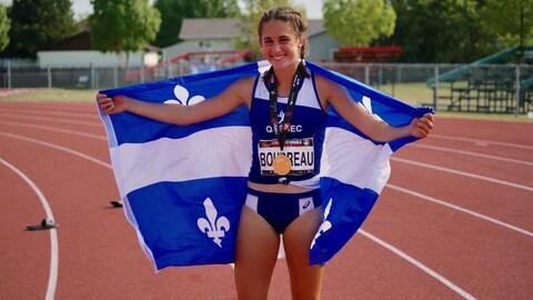 Camille Boudreau affiche fièrement les couleurs du Québec après sa victoire.