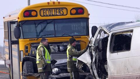 L'autobus et la mini-fourgonnette ont été lourdement endommagés par l'accident.